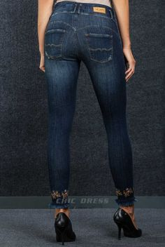 Jeans COMFORT PRECIOUS - com bordado no final da perneira  Fit: Skinny  Pormenor: Personalizada com bordados  Perna: Justa Lavagem: Vintage Wash  Marca: CHIC DRESS
