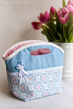 Friemel Stilo- Friemelstilo Last week I felt like making something pretty and playful out of woven fabric again. Since it has met very well that … - Fabric Bags, Felt Fabric, Woven Fabric, My Bags, Purses And Bags, Diy Mode, Purse Tutorial, Patchwork Bags, Love Sewing