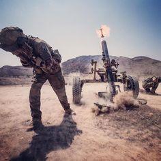 Désert du Qaïd. Une température qui dépasse les 40C Les forces françaises stationnées à Djibouti #FFDj accueillent les officiers-élèves des écoles d'application dans l'École du désert. Objectif : aguerrir transmettre une expertise du milieu tout en mettant en situation de commandement 80 #lieutenants en les insérant dans des sections  R. Veron/FFDj  #armeedeterre #defense #defence #soldat #soldier #military #djibouti #mortier #boum #firing #artillery #artillerie #mortar #5riaom #combat