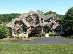 Resultado de imagem para casas estranhas
