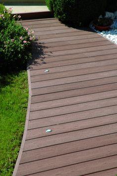 composiet vlonderplanken - pad in de tuin