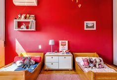 Quarto infantil com decoração em vermelho e móveis de madeira. Room Interior, Playroom, Table, Furniture, Home Decor, Kids, Spaces, Wall Colors, Minimal Look