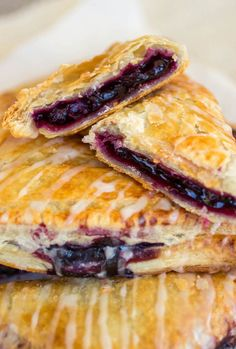 Blueberry Turnovers - Sprinkle Some Sugar - Flakey pastry dough is filled with gooey homemade blueberry filling. Shortcrust Pastry, Choux Pastry, Guava Pastry, Baking And Pastry, Italian Pastries, Pastry Recipes, Tuna, Nutella, Spinach