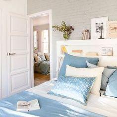 ¿Tu dormitorio es pequeño? Pues prescinde de mesita de noche y hazte con un cabecero versátil como este, con estantes y repisa. ¡Ganarás espacio! En la web te damos 30 trucos para sumar metros a tu casa sin obras (link en la bio) #elmueble #espacio #pocosmetros #smallspaces #dormitorio #bedroom #cama #bed #cabecero #headboard #azul #blue #ideas #estante