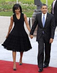 First Lady Michelle Obama in Ruffled Black Sheath Dress with President Barack Obama Michelle Obama Fashion, Michelle And Barack Obama, Stephen Colbert, Durham, Barack Obama Family, Obama President, First Black President, Black Presidents, American Presidents