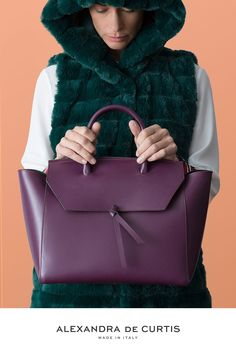 Are you looking for a designer leather handbag? Click through to check out the Loren Tote, handmade in Italy with smooth Fashion Handbags, Tote Handbags, Purses And Handbags, Italian Leather Handbags, Designer Leather Handbags, Work Tote, Work Bags, Leather Pouch, Soft Leather