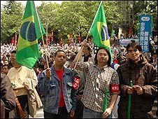 Protesto de imigrantes brasileiros em Tóquio (foto: Ewerthon Tobace / BBC Brasil)