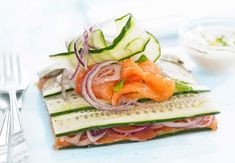Layered Cucumber and Smoked Salmon with Red Onion Crossfit Diet, Potato Rice, Cucumber Recipes, Healthy Grains, Healthy Sugar, Fish Dishes, Smoked Salmon, Seafood Recipes, Avocado Toast