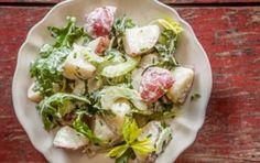 A Salada de batata com rúcula e aipo é simples de preparar e leva batatas cozidas, pedaços de aipo e folhas de rúcula temperados com maionese, mostarda e vinagre.