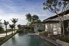In the zuidwesten van Bali ligt Alila Villas Soori. Het in 2009 geopende Alila Villas Soori is gelegen op een schitterende locatie direct aan de Indische Oceaan. Alila Villas Soori wordt ook wel 'de verborgen schat van Bali' genoemd.  #AlilaVillasSoori #Bali #Alilahotels