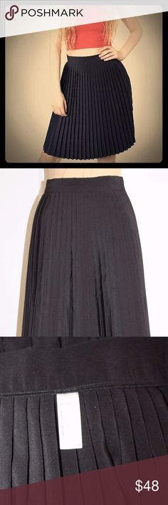 AMERICAN APPAREL PLEATED SKIRT AMERICAN APPAREL PLEATED SKIRT IN BLACK IN EXCELLENT CONDITIONS MEDIUM  WAIST 29'' LENGTH 22'' BACK ZIPPER CLOSURE 100%POLYESTER  ELP-611 American Apparel Skirts Midi