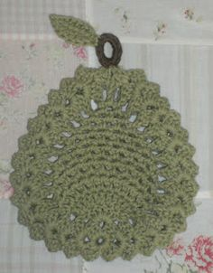 Crochet Side Stitch Pear Trivet: free pattern I started to crochet when I was 13 till today I have never been able to do a pineapple stitch that looked decent, but Here I go again .Hope this pattern works for me. Crochet Kitchen, Crochet Home, Crochet Crafts, Crochet Projects, Knit Crochet, Crochet Geek, Crochet Potholder Patterns, Crochet Motifs, Crochet Dishcloths