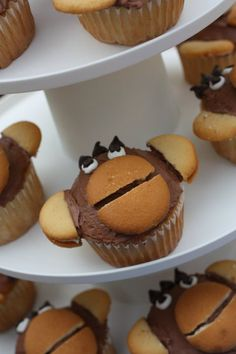 monkey cupcakes ... @Tara Pinto .. wafer mouths! CUTE! #cupcakes  (sock monkey adaptable??)