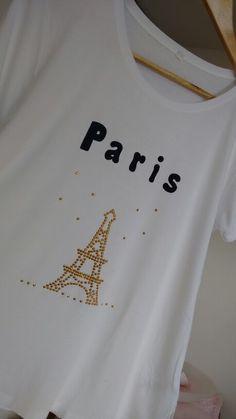 Camiseta decorada em tatuagem com metais