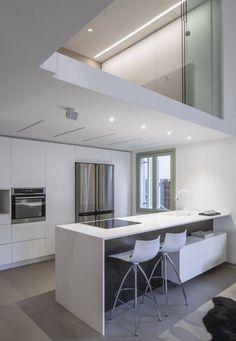 offene Küche mit minimalistischen Design in Weiß