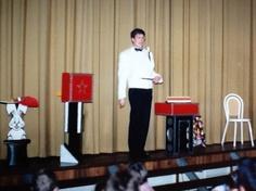 Goochelshow van goochelaar Aarnoud Agricola als voorprogramma van het sinterklaasfeest van Sparta in Apeldoorn in het begin van de jaren negentig. De goocheltruc met de Chinese stokjes.