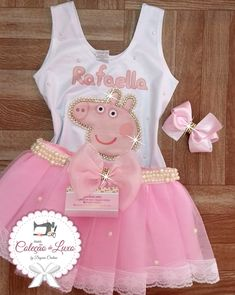 Roupa de festa Peppa Pig no Peppa Pig Birthday Decorations, Peppa Pig Birthday Outfit, Peppa Pig Outfit, Pig Birthday Cakes, 2nd Birthday Party Themes, 3rd Birthday, Peppa Pig Party Ideas, Special Birthday, Peppa Pig Princesa