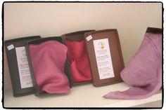 Promoción y venta de artesanía canaria. Pañuelos de seda teñidos con Cochinilla de Lanzarote. Asociación Milana