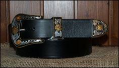 Cinturones de cuero. Hebilla de 3 piezas esmaltado en negro y con baño de oro y plata en un cinturón de cuero de 4cm de ancho | Decuero Leather