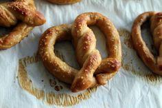 Aprenda a preparar pretzel original com esta excelente e fácil receita.  O pretzel é um biscoito alemão com uma forma muito caraterística e associado nesse país à...