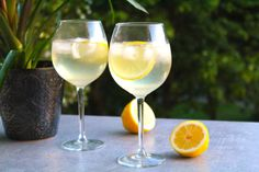 Frisk drink med cava, gin och citron | Daniel Lakatosz matblogg Fruity Cocktails, Refreshing Drinks, Prosecco, Drinks Med Gin, Champagne Drinks, Fruit Drinks, Alcoholic Drinks, Love, Drinking