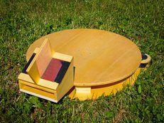 Un objet libre entièrement développé par Entropie. Grâce à un petit moteur, le pisteur solaire permet l'orientation automatique du four solaire pour une cuisson optimale.