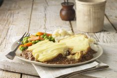 COTTAGE PIE made using leftover beef, or you could brown up some hamberger. I welcome you to try this easy beef casserole, a beef pie with mashed potato topping. Leftover Mashed Potatoes, Creamy Mashed Potatoes, Roasted Potatoes, Beef Casserole, Casserole Dishes, Leftover Roast Beef, Beef Pot Pies, Potato Toppings, Cottage Pie