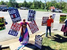 Alunos expulsam grupo de religiosos homofóbicos que protestavam contra estudante trans