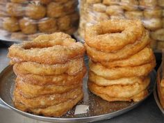 bambalouni( beignet tunisien) ~ my father-in-law buys these for me as breakfast, love it! Beignets, Donut Recipes, Dessert Recipes, Keto Recipes, Tunisian Food, Desserts With Biscuits, Arabic Food, Arabic Sweets, International Recipes