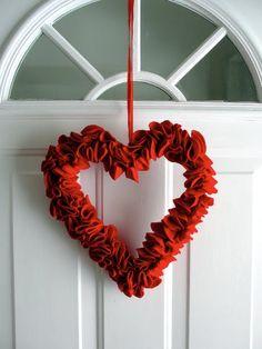 Welcome Valentine! Felt heart wreath... awesome idea...EASY!!!