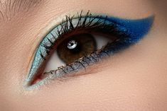 『気品』を感じさせる色!!ランウェイでもよく見かける「青のアイメイク」♪パーティメイクの参考にどうぞ♡ | GIRLY