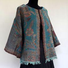 Veste courte / gilet en pure laine tissée bleue et beige , dessins fleurs : Manteau, Blouson, veste par akkacreation