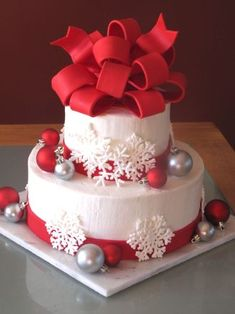 The Most Creative Christmas Cake Designs Christmas Wedding Cakes, Round Wedding Cakes, Christmas Cake Decorations, Christmas Sweets, Holiday Cakes, Christmas Ornaments, Cake Wedding, Christmas Birthday Cake, Cake Birthday