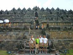 Il Tempio di #Borobudur in #Indonesia simboleggia la visione buddhista del cosmo che a partire dal mondo terreno sale a spirale fino a raggiunger il paradiso.
