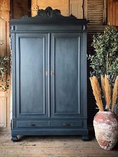 Chalk Paint® wardrobe Chalk Paint® wardrobe beatrice_paradiso beatriceparadisoo living a french life french antiques This ornate free-sanding wardrobe was painted by Annie Sloan […] painted furniture Navy Blue Furniture, Blue Painted Furniture, Annie Sloan Painted Furniture, Painted Armoire, Colorful Furniture, Mexican Furniture, Antique Furniture, Annie Sloan Chalk Paint Blue, Graphite Chalk Paint