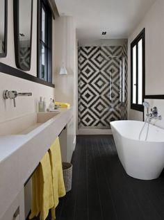 Black and white bathroom, Cote Maison. http://www.kenisahome.com/blog