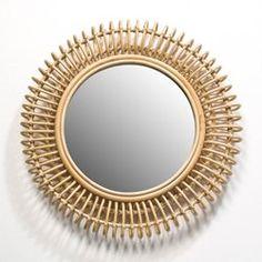 Le miroir Tarsile. Pour une touche de naturel dans votre intérieur… À jouer seul ou en association avec les autres dimensions de miroirs Tarsile vendus sur le site. Caractéristiques : - En rotin naturel ou teinté noir, dos en MDF. - Fixation murale avec 2   platines. - À suspendre horizontalement ou verticalement. Dimensions : - L90 x H60   x P7 cm.    Dimensions et poids du colis : - L61,5 x H93 x P11 cm, 5,8 kg
