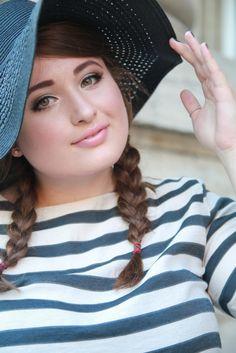 PLUS SIZE FASHION. Trip to Paris, PORTRAIT.  Plus Size Model & Blogger: Jules SchönWild.   Black hat, stripe shirt, tulle skirt, heels, bag & bow.   More on: http://schoenwild.de/german-curves-road-trip-a-paris-geburtstag-im-disneyland/  Pics: Lina Mallon