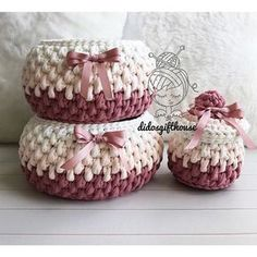 Fine kurve med farveskift i zpaghetti This Pin was discovered by HUZ Crochet Baskets Archives - Page 3 of 10 - Crocheting Journal Diy Crochet Basket, Crochet Bowl, Crochet Basket Pattern, Knit Basket, Crochet Gifts, Crochet Yarn, Crochet Patterns, Crochet Stitches, Crochet Baby Boots