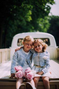 YouDidith fotografie | bruidsfotograaf trouwfotografie fotograaf bruidskinderen bruidskindje bruidsmeisjes trouwfoto vwbusje trouwauto bruidsboeket pioenroos vintage bruiloft