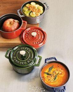 """見ためにもとっても可愛らしい""""ストウブ""""のお鍋。キッチンに置いておくだけで、とってもお洒落です!フランスの伝統を守りながら、すばらしい技術を持った熟練工により作られています。"""