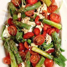 My delicious dinner . I love the combination.. Yummy! #rucola #mozzarelladibufala #mozzarella #tomato #strawberry #asparagus #balsamico #lowcarb #salad #dinner #delicious #healthy #olivoil
