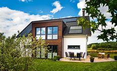 Landhaus mit Satteldach und zweigeschossigen Anbau mit Flachdach. #HAACKEHAUS #landhaus #modern #home #house Garden Living, Home And Garden, Haacke Haus, Mansions, House Styles, Inspiration, Amanda, Home Decor, Artwork