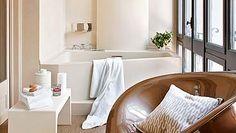 Un baño con mucho diseño: Butaca giratoria Moore, de Philippe Starck...