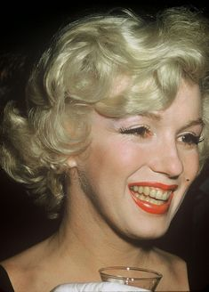 """Marilyn Monroe at the press conference announcing the making of """"Some Like It Hot"""" at the Beverly Hills Hotel, Tony Curtis, The Beverly, Beverly Hills, Vintage Hollywood, Classic Hollywood, Mtv, Marilyn Monroe Fotos, Jack Lemmon, Gentlemen Prefer Blondes"""