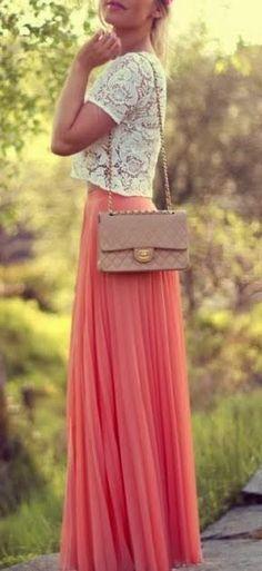 Dentelle + jupe longue fluide plissé corail + une touche nude avec le sac = perfect outfit à shopper!: