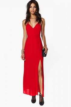 vestido vermelho longo com fenda lateral, decote V e alcinha