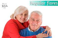 Regalar flores es un acto que podemos hacer con cualquier persona, no solo a nuestra pareja o amigos sino también, por ejemplo, a las personas mayores.