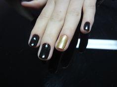 Combinado esmalte preto com dourado fosco.