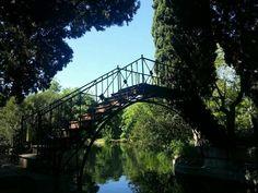 Parque El Capricho, MADRID  Un puente realizado por iniciativa de D. Pedro Alcántara en 1830 y del que se suele ignorar que es el puente de hierro más antiguo de los conservados en España, siendo frecuente que tal particularidad se le atribuya al sevillano Puente de Triana, construido entre 1845 y 1852. En la Comunidad de Madrid, el siguiente puente de hierro en antigüedad sería el de Fuentidueña de Tajo, construido entre los años 1868 y 1876. City, Vintage, Bridges, Iron, Parks, Cities, Vintage Comics